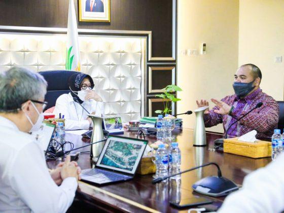 Pandu Sjahrir with Indonesian Minister of Social Affairs, Mrs. Tri Rismaharini