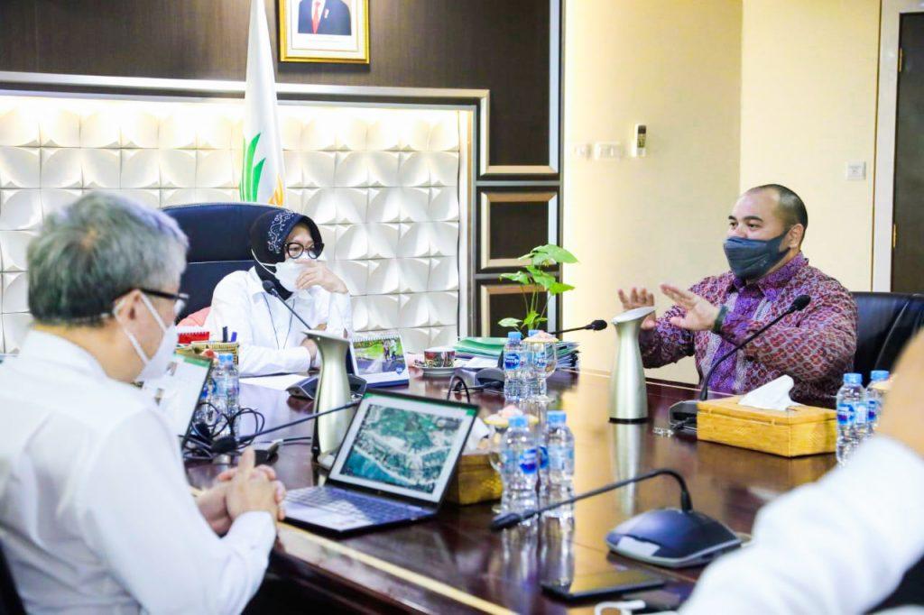 Pandu Sjahrir bersama Menteri Sosial, Tri RIsmaharini